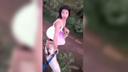 菲律宾人妖爬上大树用生命自拍 网友:为了走红也是拼了