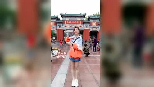 冯提莫重庆街头表演《少女系》