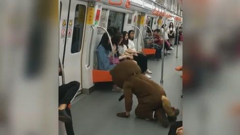 地铁上的囧事!网红熊这回尴尬了