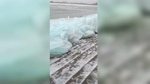佳木斯河堤的冰块被冲上岸
