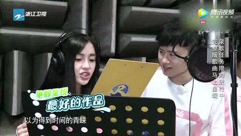 杨颖不愧当红艺人,现场展示唱功,跟张杰合唱《这就是爱》好听