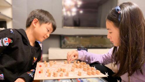 森碟与小亮仔下棋,姐弟俩棋艺不分高低,小亮仔一脸得意