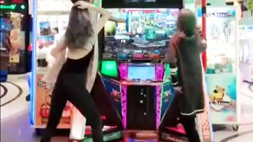 两个小姐姐跳舞机斗舞,风头全被长发露背美女抢走了