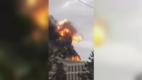 法国里昂大学发生大型爆炸 现场黑烟冲天