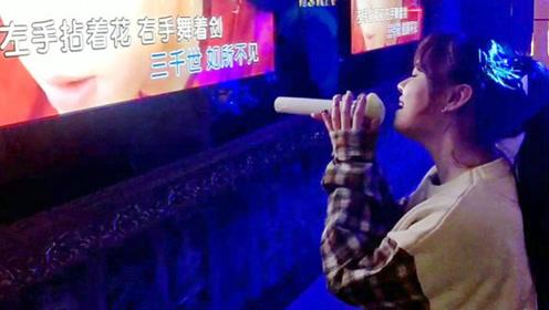 美女在KTV一首《左手指月》太震撼,隔壁桌大哥酒都不喝了,听她唱完!