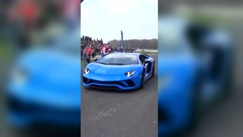 兰博基尼蓝精灵上赛道,豪华的战车,相当的完美