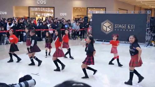9岁小姑娘们商场秀舞蹈,这逆天大长腿与年龄有相差啊!