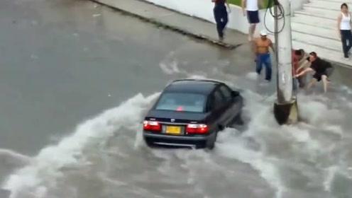 超强洪水来临,行人都被冲走,这威力真是太猛了