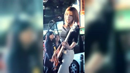 电吉他:小姐姐大街上贝斯独奏《夜空中最亮的星》愿意做这颗星吗