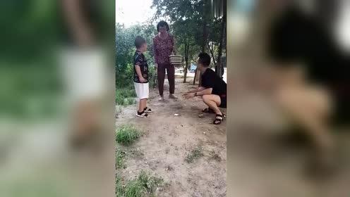 一小伙和一小孩玩游戏,没想到是这样,看到最后我笑了!