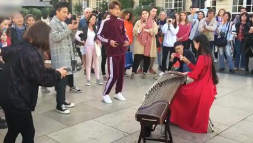 中国美女把古筝带到法国街头,音乐一响场面控制不住了,惊呆老外!