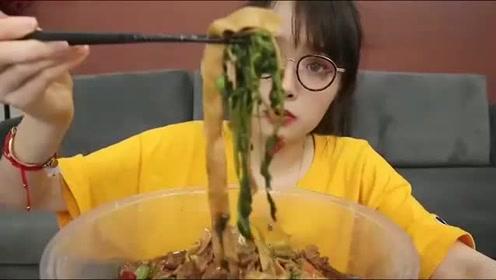 可爱美女大口吃美食,菜里还夹着辣椒段,她吃饭真是不挑剔啊