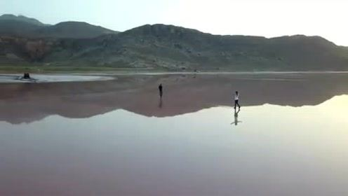 走在如镜的水面,画面美如诗画