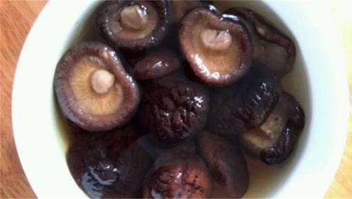 泡发香菇原来一直都错了,切记不可直接加水,厨师长教你正确方法