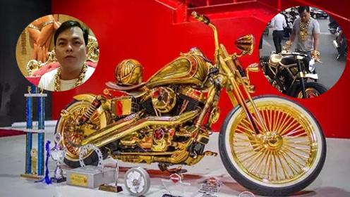 男子给摩托车镀金 每天戴13公斤黄金出门
