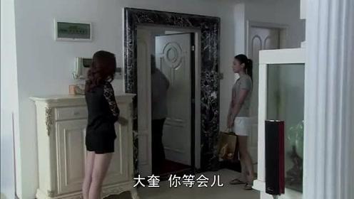 美女趁丈夫不在,竟直接把他兄弟拉进屋里问话,兄弟眼睛不知往哪看
