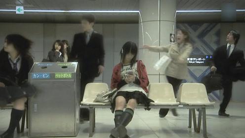 别人都在疯狂逃跑,只有女孩在低头玩手机,等她抬起头来不淡定了