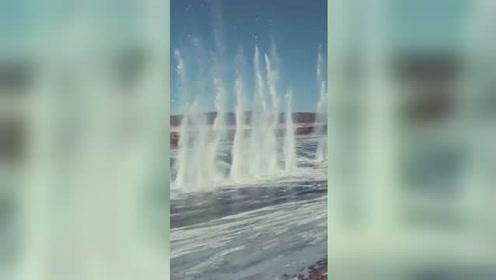 """黑龙江""""炸冰""""防凌汛灾害 江面激起数十米冰瀑"""