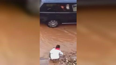这样的你很美!暴雨后学生徒手疏通下水道让车通行