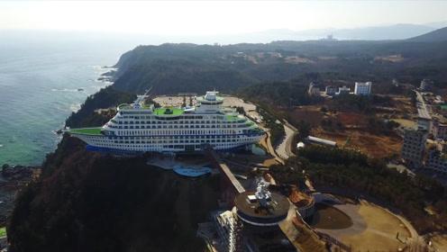 万吨巨轮不下海却开上山崖,每天游客不断,网友:怎么上去的?