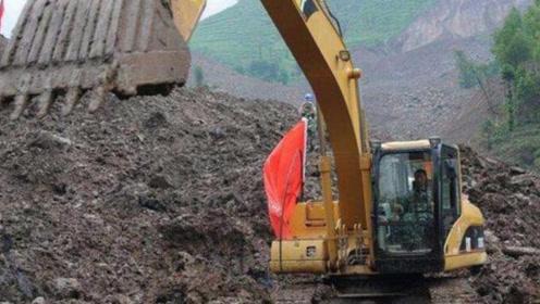 工地新来一挖机师傅面试,工资要价1万2,工头让他挖河堤试试!