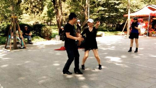 乡村小夫妻组合表演广场舞,舞姿优美,真棒真好看
