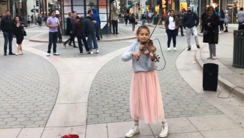 小女孩小提琴随便一拉,街头好像蹦迪现场!听醉路人!