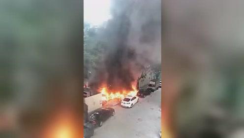 深圳数十辆电动单车皆被烧毁 周围汽车也被一同牵连