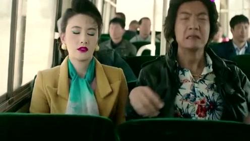 小伙坐大巴车换位置,主动换到一个姑娘旁边,故意露出大金链子!