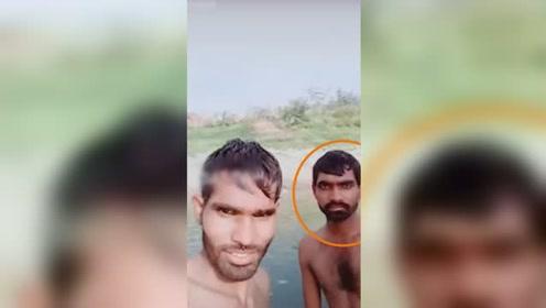 印度男子湖中自拍洗澡太专注,堂弟在背后挣扎溺亡