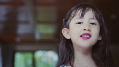 """中国版""""允儿""""!黄磊小女儿偷涂妈妈口红,颜值超高比姐姐还惊艳"""