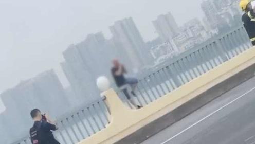 男子欲跳桥轻生致交通拥堵,警方:涉嫌扰乱公共秩序行拘5日
