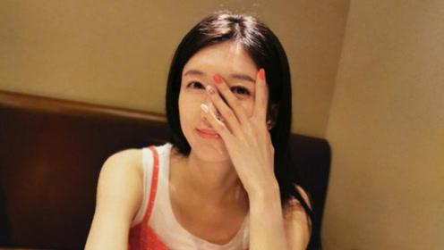 江疏影穿红色吊带裙很清新 做同色系美甲甜美似少女