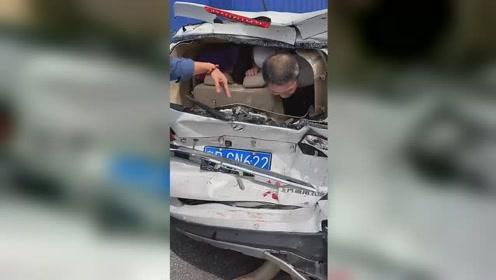 一货车连续碰撞8车 致多车连环相撞