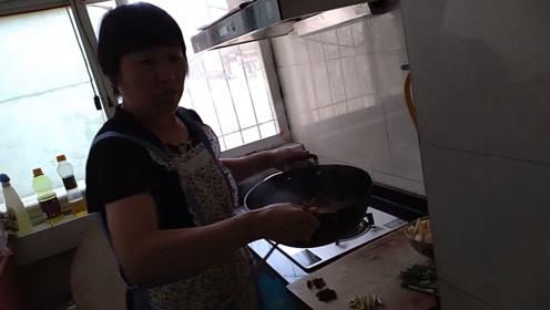 余大妈做一盆家常排骨,汤汁浓稠,肉质软嫩分分钟脱骨!