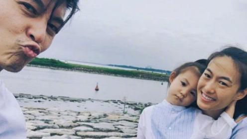 陈冠希晒全家出游照 对镜嘟嘴搞怪女儿安静乖巧