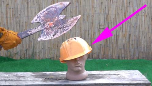 铜水浇筑的战斧到底有多锋利?老外朝安全帽一劈,结果意外了