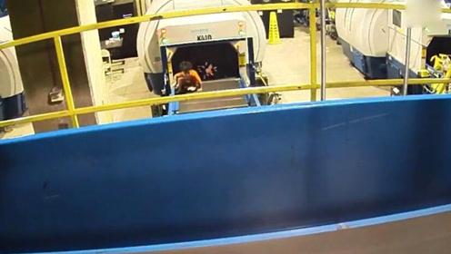 两岁熊孩子偷爬进机场行李传送带 母亲吓坏