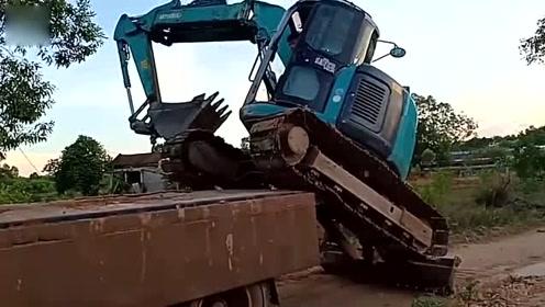 身怀绝技 挖掘机司机将挖掘机装载到卡车上