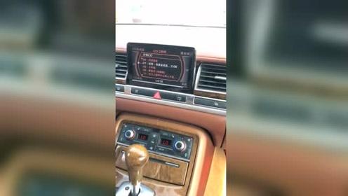 刚买的奥迪S8,第一次开车上路,大家觉得内饰咋样?