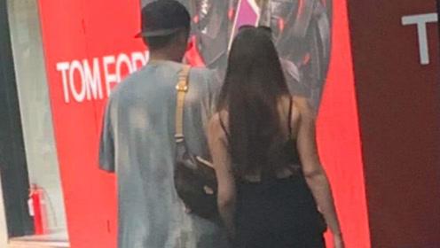偶遇蒋劲夫与女友牵手逛街,网友发现他两次约会穿着一样