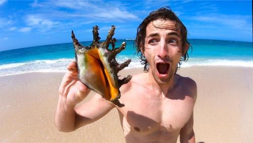外国网红男主播挑战荒野求生,找到一个超大贝壳,却不知道怎么吃