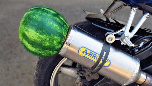 小伙嫌排气管声音小,将西瓜插在排气管上,拧下油门后震撼开始!