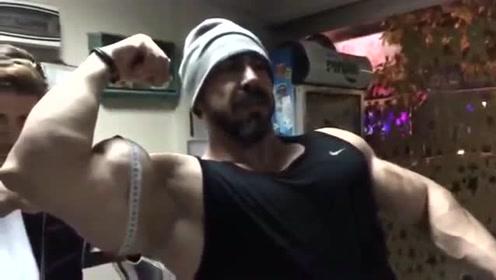 让你看看经常锻炼的人有多猛,小哥现场测臂肌,吓人