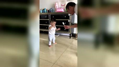 爸爸用根冰棒教会了宝贝第一次迈步,是个小吃货!