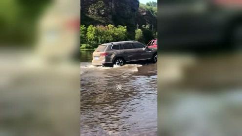 大众途昂下水过河,排气管都剐蹭掉了!