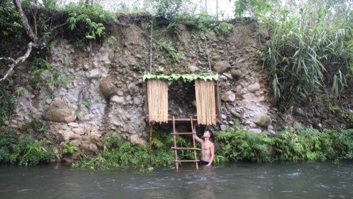 天气太热没地方去,农村小伙河边徒手盖房,还能挂在山上?