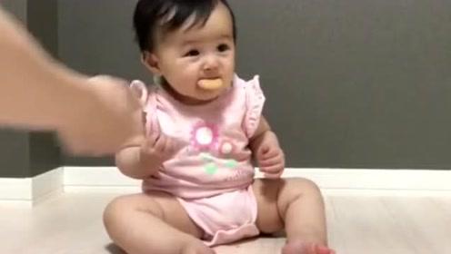 小宝宝目不转睛地看电视,专注到吃东西都不用手拿,太可爱了!