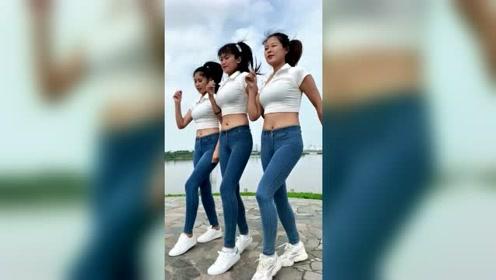三个漂亮小姐姐广场跳舞,舞姿好优美啊
