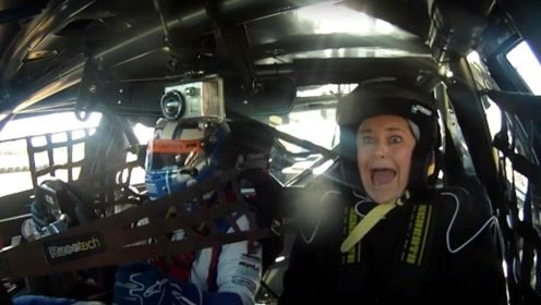 赛车手开的车到底有多猛?大姐赛道体验,一脚油门被吓成表情包!